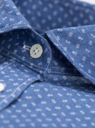 knopen-donkerblauw-hemd-bloemenprint